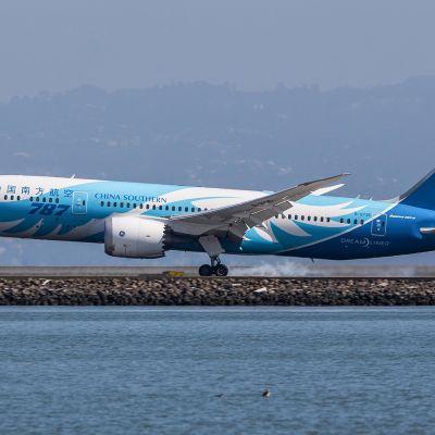 Kiinalainen lentokone laskeutuu San Franciscin lentokentälle.