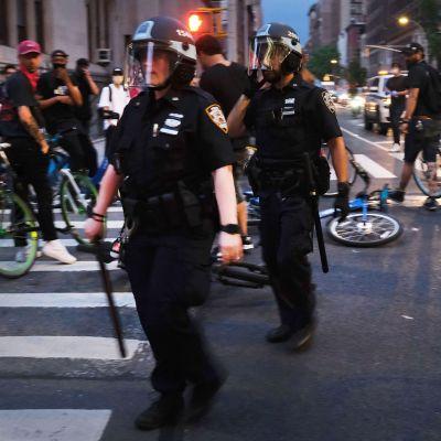Poliiseja mielenosoituksessa Manhattanilla 3. kesäkuuta.
