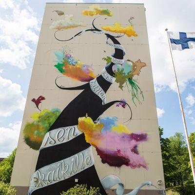 Tampereen keskustan uusi muraali viestii suvaitsevaisuudesta