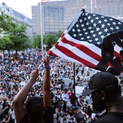 Yhdysvaltojen lippu liehuu mielenosoituksessa Washingtonissa 6. kesäkuuta.