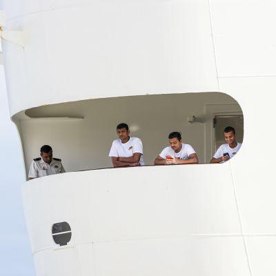 Miehistö katseli matkustajien poistumista MCS Fantasia -risteilijältä Lisasbonissa maaliskuun lopulla.