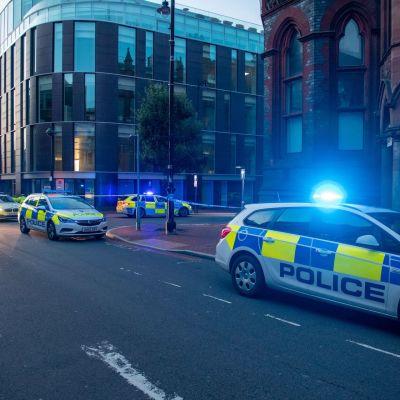 Poliisiautoja pysäköitynä Readingin kaupungissa Britanniassa.
