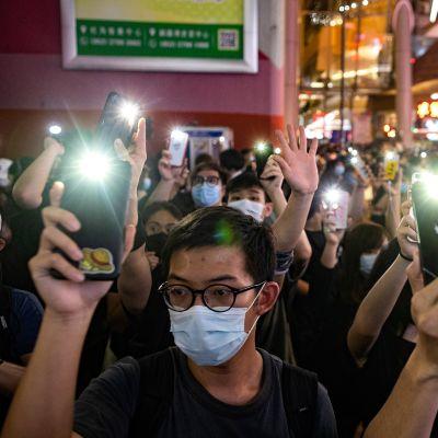 Demokratiaa kannattavia aktivisteja mielenosoituksessa Hongkongissa 12. kesäkuuta.