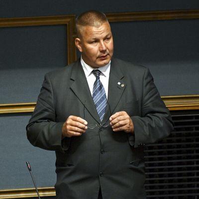 Juha Mäenpää täysistunnossa eduskunnassa 17. kesäkuuta.