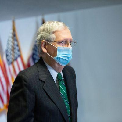 Senaatin republikaanijohtaja Mitch McConnell kasvosuojus kasvoillaan.
