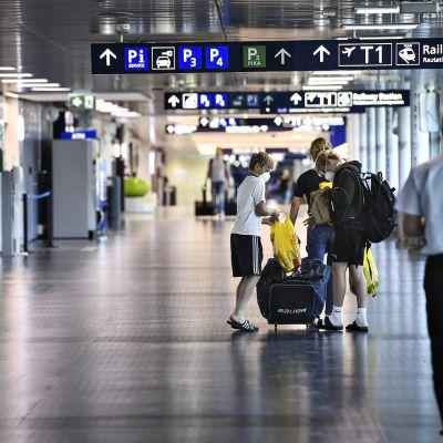 Matkustaja Helsinki-Vantaan lentoasemalla 25. kesäkuuta 2020.