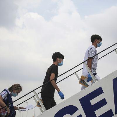 Alaikäisiä turvapaikanhakijoita ilman saattajaa nousevat lentokoneeseen lähteäkseen Kreikasta kohti Portugalia 7. heinäkuuta.