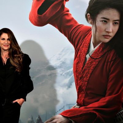 Ohjaaja Niki Caro poseerasi Mulan-julisteen edessä 17. tammikuuta 2020.