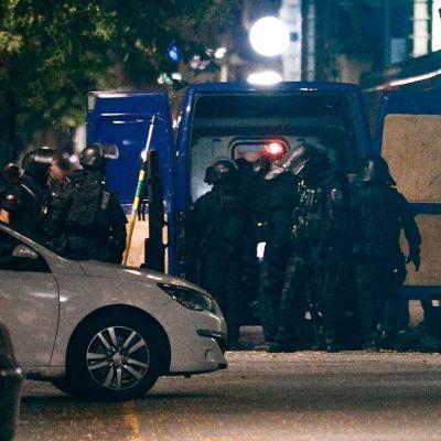 Poliisin erikoisjoukkoja kadulla panttivankitilanteen päätyttyä pankissa Le Havressa.