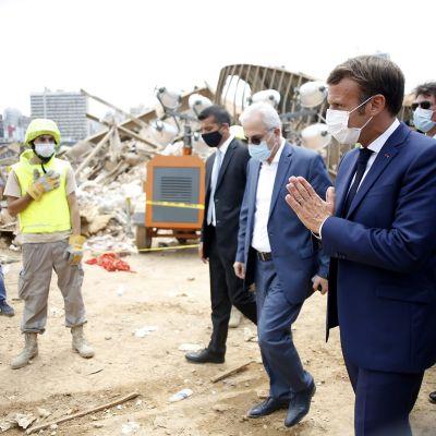 Presidentti Emmanuel Macron tervehtii ihmisiä Beirutissa räjähdyspaikalla.
