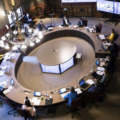 Ministerit neuvottelemassa Säätytalossa