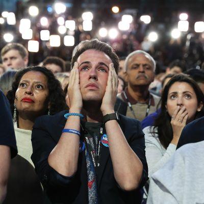 Hillary Clintonin kannattajat kuuntelevat vaalituloksia New Yorkissa 8. marraskuuta 2016.