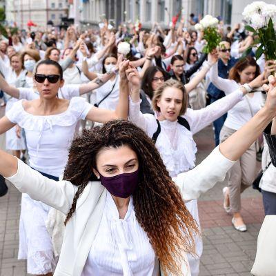 Valkoisiin pukeutuneita naisia protestoimassa Lukashenkoa vastaan Minskissä 12. elokuuta.