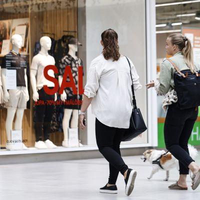 Ihmisiä kauppakeskus Itiksessä Helsingissä 20. heinäkuuta
