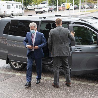 Niinistö ja adjutantti auton edessä