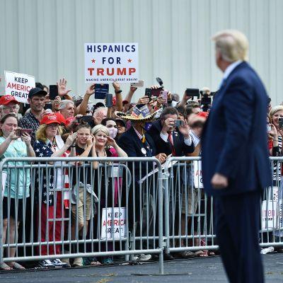 Donald Trump tervehti kannattajiaan Fletcherissa, Pohjois-Carolinassa maanantaina.