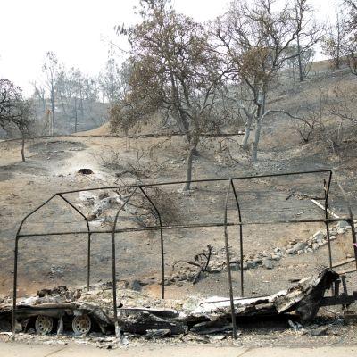Vajarakennus ja perävaunu ovat palaneet rangoiksi Kalifornian maastopaloissa.