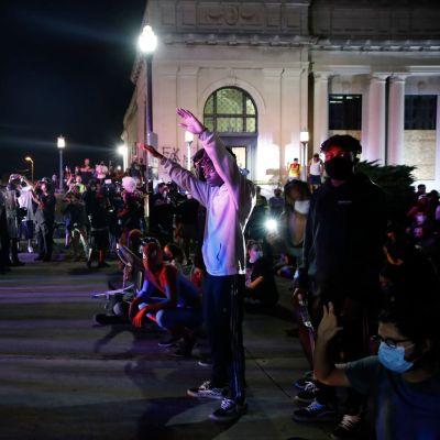 Mielenosoittajat ottivat poliisin kanssa yhteen oikeustalon edessä Kenoshassa.