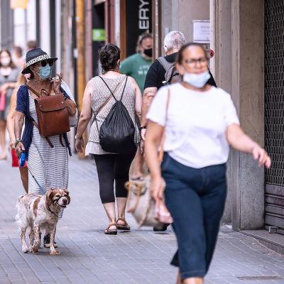 Maski päässä kulkevia ihmisiä Barcelonassa