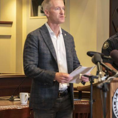 Portlandin pormestari pitää lehdistötilaisuutta.
