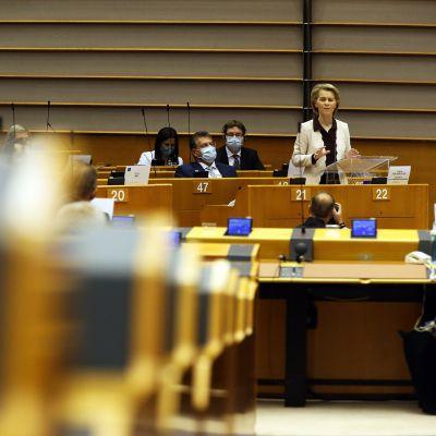Ursula Von Der Leyen puhuu parlamentissa Brysselissä