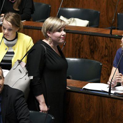 Annika Saarikko eduskunnassa.