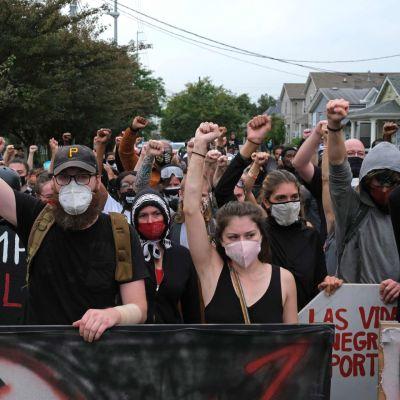 Mielenosoittajat marssivat Louisvillen kaduilla.
