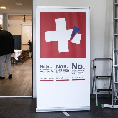 Banderolli EU-vastaisen järjestön kokoustilan ovella.