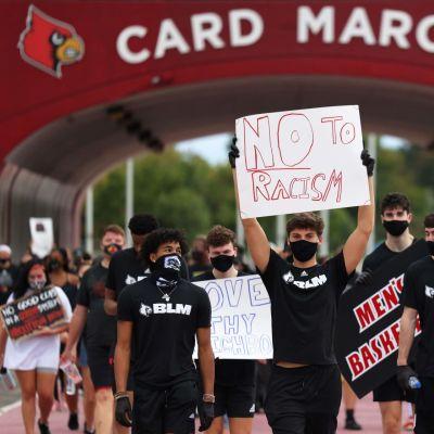 Mielenosoittajia Louisvillessa kylttien kanssa.