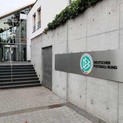 Rakennus, jonka seinässä on Saksan jalkapalloliiton logo