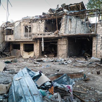 Tämä talo on saanut suoran osuman raketinheittimestä Vuoristo-Karabahin suurimmassa kaupungissa Stepanakertissä.