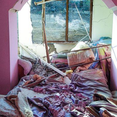 Tämän kerrostaloasunnon makuuhuone oli pahasti sirpaleiden runnoma Vuoristo-Karabahissa.