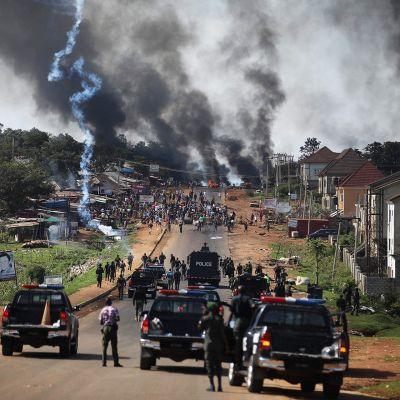 Poliisi ampuu kyynelkaasua mellakoitsijoita kohti Apossa Nigeriassa.
