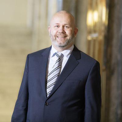 Puhemies Anu Vehviläisen johtama kansliatoimikunta valitsi 22. lokakuuta 2020 Masten of Arts Rainer Hindsbergin eduskunnan viestintäpäälliköksi 11. marraskuuta 2020 alkaen.