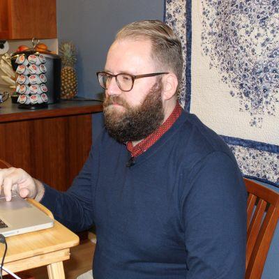 Marko Liias kotitoimistossa, joka on myös kampanjatoimisto koronaviruksen takia.