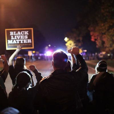 Mielenosoittajia ja poliiseja
