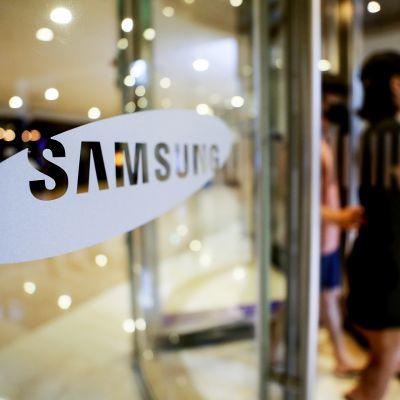 Ihmisiä Samsungin pääkonttorissa Soulissa.