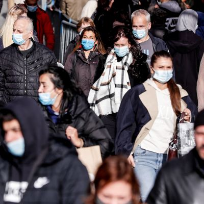 Ihmiset jonottavat ostoksille Brysselissä 31. lokakuuta ennen kuin kaupat suljetaan uuden täyssulun takia.