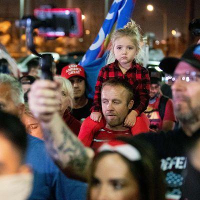Donald Trumpin kannattajia protestoimassa vaalitulosta Phoenixissa, Arizonassa keskiviikkona.