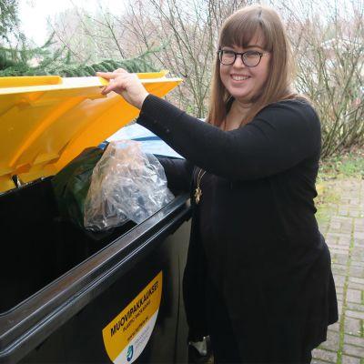 Tarja Saarivalta vie muovijätettä uuteen jäteastiaan