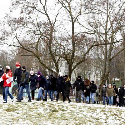 Opposition kannattajat kulkivat kokoontumisessaan Minskissä.