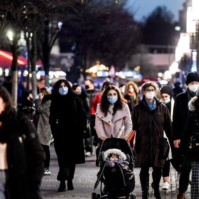 Ihmisiä Berliinin ostosalueella.