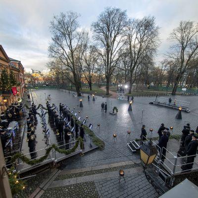 Joulurauhan julistus Turun Vanhalla Suurtorilla.  Koronavirustilanteen vuoksi perinteinen tapahtuma vietettiin ilman yleisöä.