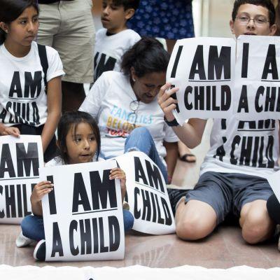 Erotettujen perheiden yhdistämistä vaativa mielenosoitus Yhdysvaltain kongressitalolla heinäkuussa 2018.