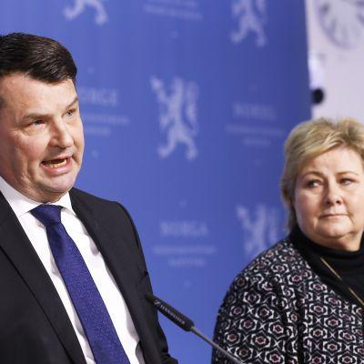 Oikeusministeri Tor Mikkel Wara ilmoitti erostaan lehdistötilaisuudessa maaliskuussa 2019. Pääministeri Erna Solberg seurasi Waran ilmoitusta.