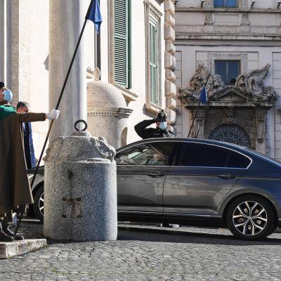 Italian pääministeriä kuljettava auto saapumassa presidentin palatsiin Roomassa.