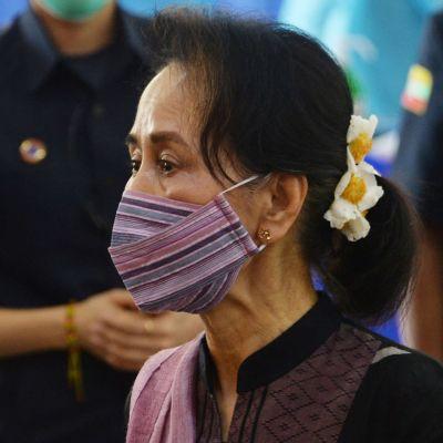 Myanmarin johtaja Aung San Suu Kyi seuraa koronarokotuksia sairaalassa Naypyidawissa.