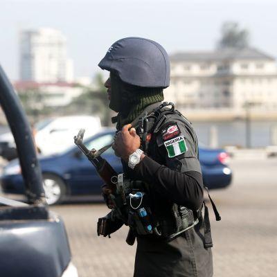 Aseistettuja poliiseja kadulla Lagosissa Nigeriassa.