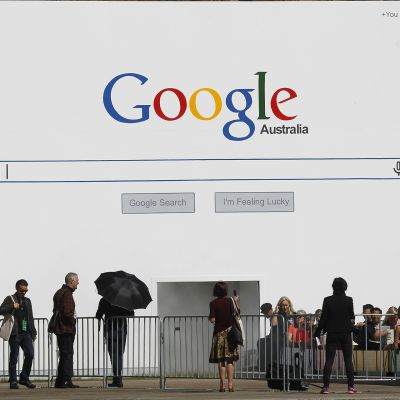 Googlen hakusivu maalattuna seinään Sydneyn biennalessa.