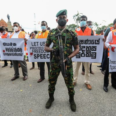 Sananvapautta vaativa mielenosoitus Colombossa Sri Lankassa.